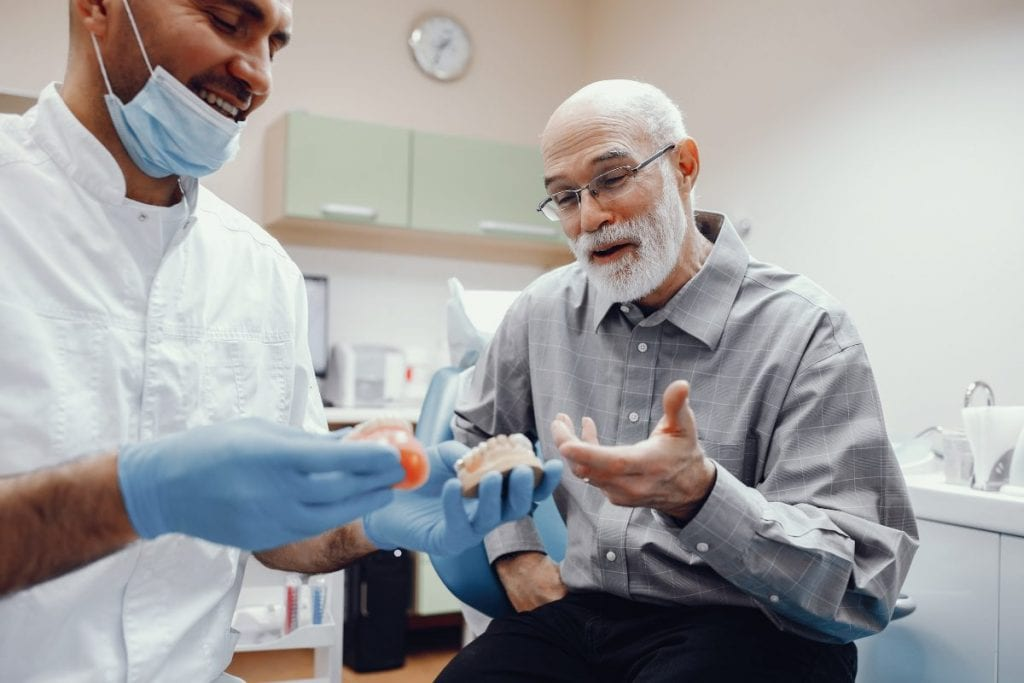 ¿Prótesis dentales fijas o removibles?