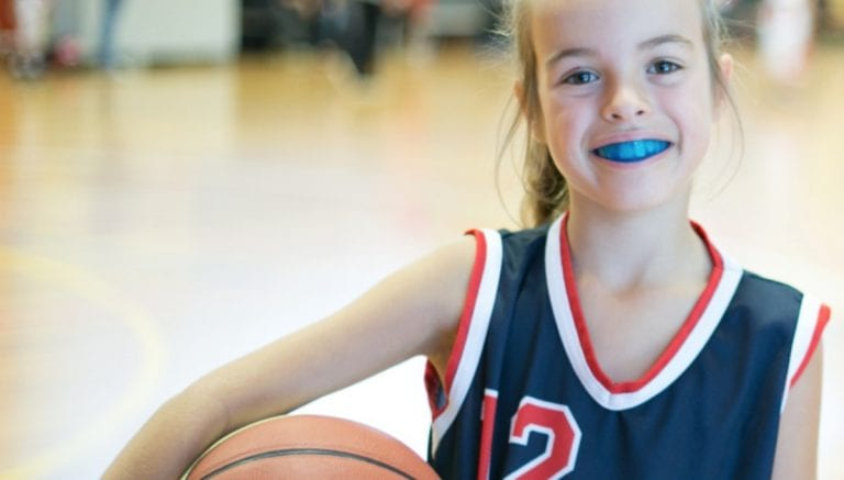 Protege los dientes de tus hijos mientras practican deporte